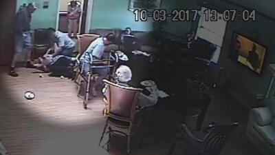En video: La brutal golpiza de un residente de un hogar de ancianos a un hombre 86 años