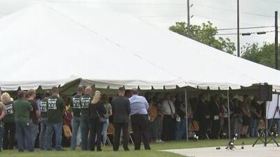 Con una emotiva vigilia, decenas de personas recuerdan a las víctimas de la masacre en la preparatoria Santa Fe en Texas