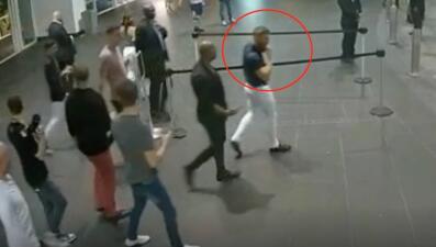 Así el luchador Conor McGregor pisotea, destroza y se roba el celular de un fanático en un hotel de Miami Beach