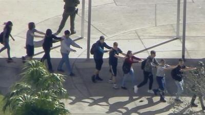 Estudiantes y maestros evacúan escuela secundaria en Florida por reporte de tiroteo