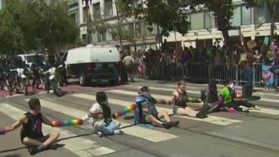 Manifestantes detienen por una hora el desfile del orgullo en San Francisco en rechazo a la presencia policial