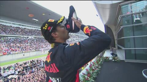 Ricciardo festejó su triunfo bebiendo champagne de su bota