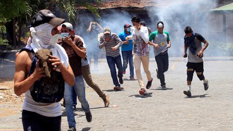 En video: Los violentos enfrentamientos entre ciudadanos y la policía por las protestas contra las reformas en Nicaragua