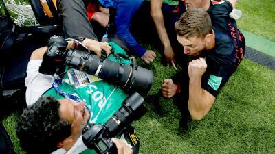 El equipo croata tumbó a este fotógrafo salvadoreño al suelo y lo convirtió en una celebridad del Mundial