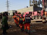 """""""Por favor, no detengan el rescate"""": el ruego de 22 mineros atrapados a más de 600 metros bajo tierra"""