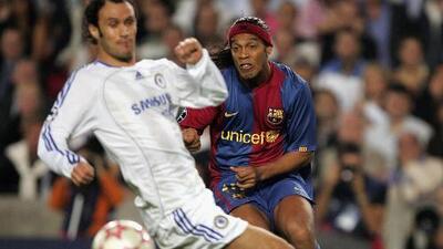 Los 10 Mejores | El 'Tanque' Ronaldinho: se llevó por delante a Terry y le rompió las manos a Cech