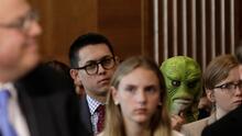 El 'monstruo del pantano' aparece en medio de una audiencia en el Senado con un mensaje para Trump