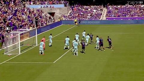 El defensa Scott Sutter saca el balón en la línea de gol y evita la anotación de Orlando City