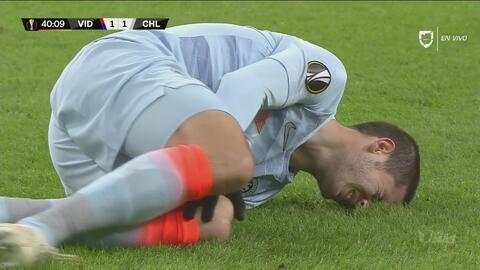 Se prenden las alarmas en el Chelsea: Morata cae mal y de inmediato se toca su rodilla