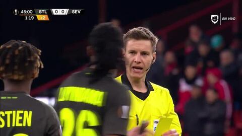 Tarjeta amarilla. El árbitro amonesta a Christian Luyindama de Standard Liège