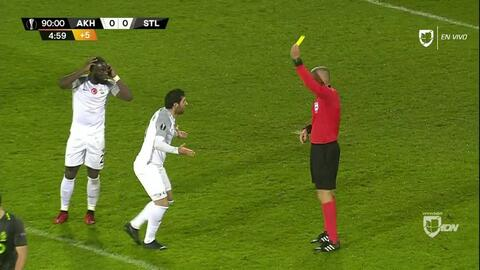 Tarjeta amarilla. El árbitro amonesta a Onur Ayik de Akhisarspor