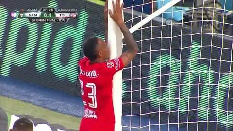 ¡CERCA!. Rubens Sambueza disparó que se estrella en el poste.