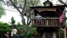 Médico en Texas atiende a pacientes de COVID-19 en una casa del árbol para proteger a su familia