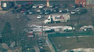 Policía de Aurora en Illinois se encuentra en la escena de un tiroteo que deja varias personas heridas