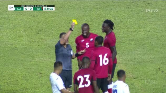 Tarjeta amarilla. El árbitro amonesta a Jomoul Francois de Trinidad and Tobago