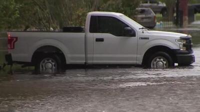 Vehículos varados, carreteras cerradas y casas inundadas: lo que dejan hasta el momento las precipitaciones en Rosenberg