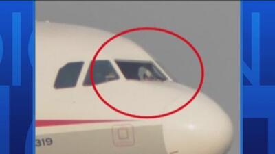 Un copiloto casi sale volando en pleno vuelo al ser succionado por una ventana rota del avión