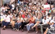 Abucheos y una sala repleta de padres sin tapaboca: suspenden el debate sobre el uso de mascarillas en escuelas