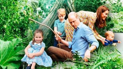 El príncipe William y Kate Middleton como pocas veces los ves (y oyes) jugando con sus hijos en el jardín