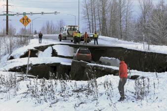 En fotos: Un fuerte terremoto y sus réplicas alerta a la población de Anchorage en Alaska