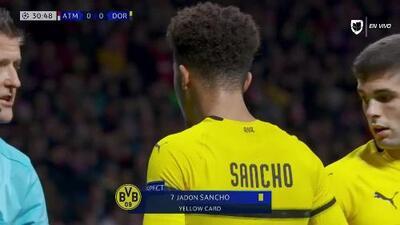 Tarjeta amarilla. El árbitro amonesta a Jadon Sancho de Borussia Dortmund