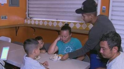 Este grupo de centroamericanos prepara alimentos para los migrantes que buscan llegar a EEUU