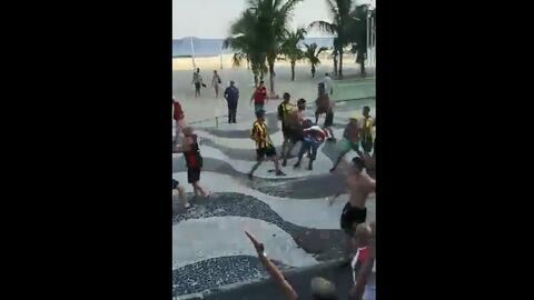 ¡Se pegaron varias piñas en Copacabana! Fea gresca Flamengo-Peñarol en Río de Janeiro