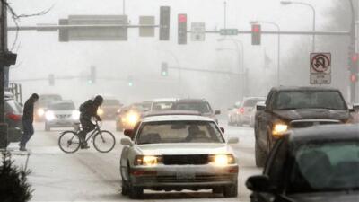 Viajeros varados y carreteras cerradas por el mal tiempo en EEUU