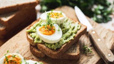 Huevo duro + tostada de aguacate + fruta | Reto 28