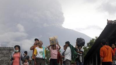 El volcán Agung de Bali entra en erupción y deja cenizas a unos 4,900 pies de altura