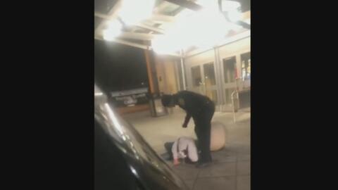 Investigan a un policía que fue grabado golpeando y arrastrando por el suelo a un hombre