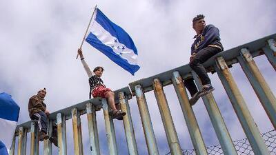 Cómo las banderas de Honduras en la valla fronteriza refuerzan el discurso antiinmigrante de Trump