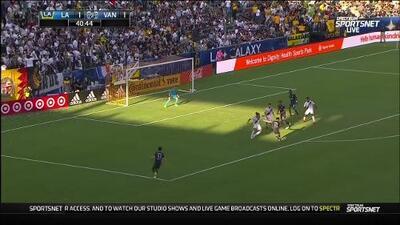 Defensa del L.A. Galaxy no puede despejar la pelota y Theo Bair da venta a Vancouver