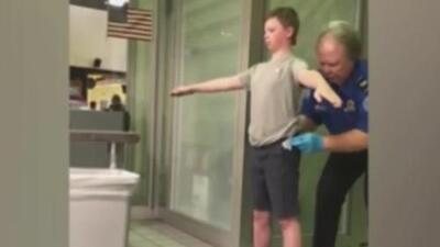 Madre graba a agente de TSA que revisa hasta las partes íntimas de su hijo, quien tiene un trastorno