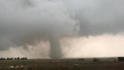 Impresionantes imágenes de los tornados que arrasan con viviendas y negocios en varios estados de EEUU