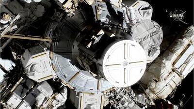 Por primera vez, dos astronautas realizan una caminata espacial compuesta solo por mujeres