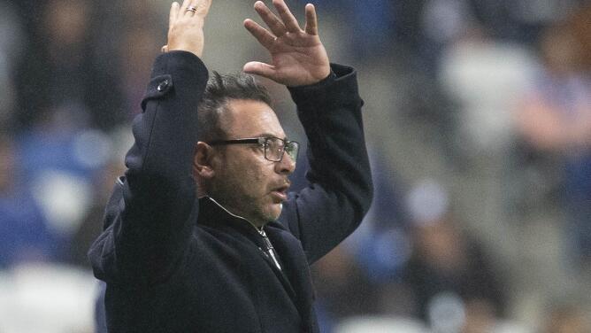 Antonio Mohamed tiene un pie y medio fuera de los Rayados