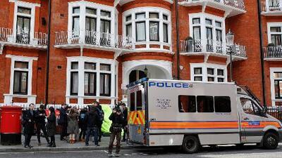 En un minuto: La policía de Londres detiene a Assange luego que Ecuador le retiró el asilo