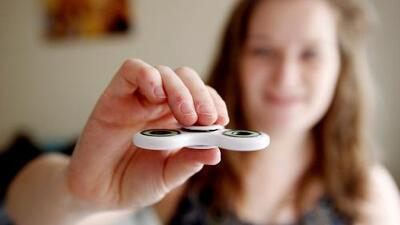 Alertan sobre riesgos del fidget spinner, el juguete que todos quieren tener