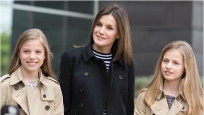 De postal: doña Sofía, Letizia y sus hijas posan sonrientes (y de buena gana) ante las cámaras