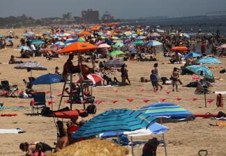 Las playas de Nueva York abarrotadas durante la ola de calor