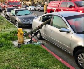 Esto pasa cuando no respetas las leyes  y te estacionas al lado de un hidrante