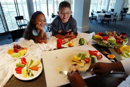 <b>Cocinar</b>: Preparar recetas es una actividad que entretiene y divierte mucho a los niños. Además así puedes enseñarles esas deliciosas tradiciones familiares.