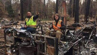Furia e indignación: hombre posa para una foto al lado de la destrucción de los incendios en California