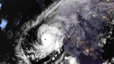 Willa toca tierra como huracán de categoría 3 en Sinaloa, México