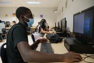 Escuelas primarias en California comenzarán a reanudar sus clases en persona en 2021, según Newsom
