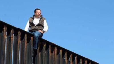 """Un diputado mexicano escala la valla fronteriza para decirle a Trump que su muro """"es absurdo"""""""