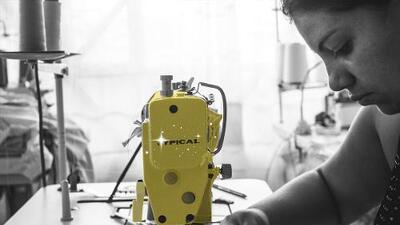 La revolución de la aguja: cómo las excombatientes de Colombia dejan los fusiles por máquinas de coser