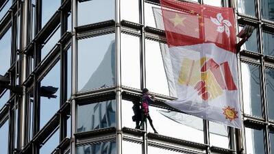El 'Spiderman francés' escala un rascacielos de Hong Kong para enviar un mensaje de paz