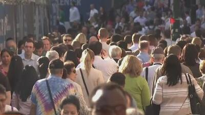 Convertirse en ciudadano estadounidense ayuda a reducir la brecha económica según nuevo informe
